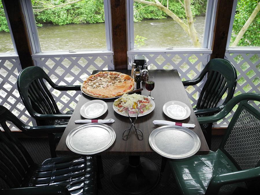 domenicos-pizzeria-dining